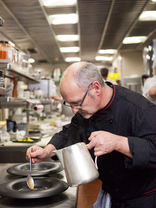 Chef Julio Heras en la cocina del Hotel López de Haro